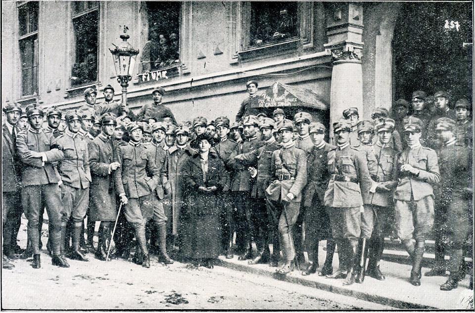 Nicolina Fabris (eroina fiumana della prima guerra mondiale) tra gli Ufficiali del 2° Granatieri della Marcia di Ronchi;