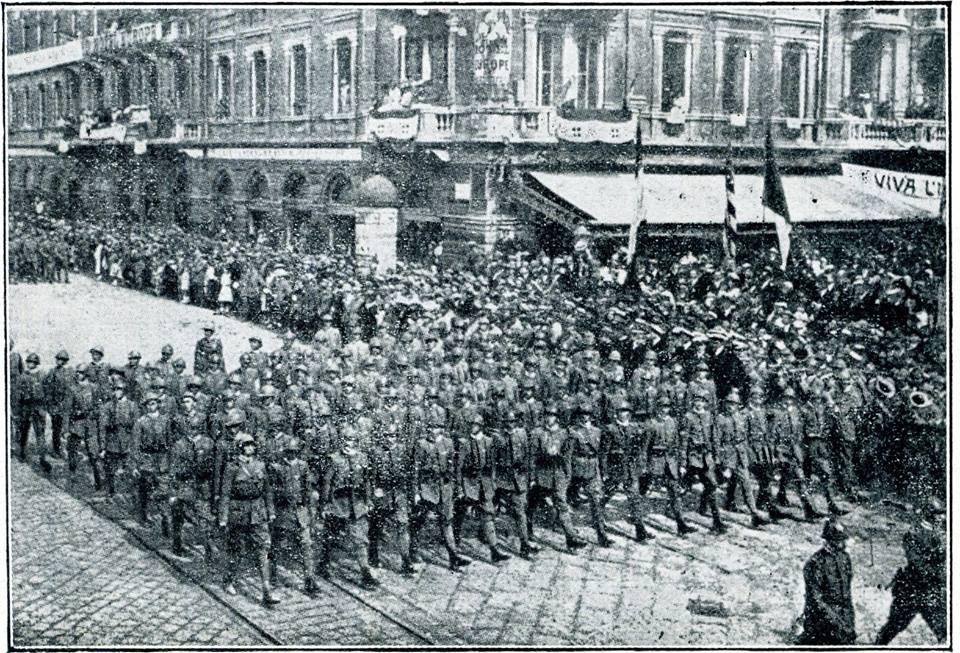 I Granatieri (legionari di Fiume) sfilano a Fiume.